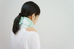 むち打ち症に悩む女性